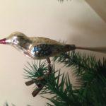 Antieke vogel in zilver met blauwe veren op 1 pootje begin 1900