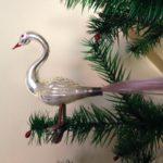 Kerst zwaan van dun geblazen glas met lange staart op 2 poten