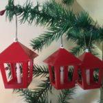 Rode retro plastic kerst lantaarn uit de fifty's