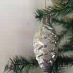 Kleinere antieke oude zilveren dennenappel