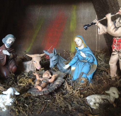 Oude vintage kerststal met figuren van van early plastic uit de fifty's