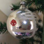 Oude kerstbal van dun geblazen glas in zilver met paddenstoelen 1e helft 1900