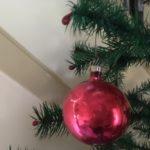 Rode kleine antieke oude kerstbal