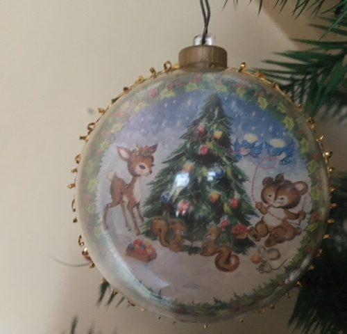 Plastic kerstbal met voorstelling van kerstboom en beestjes jaren 1950-1960