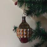 Antieke vliesdunne gestyleerde dennenappel van voor 1900 in antieke kleuren