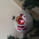 Grote oude druppel vormige kerstbal in mat zilver met kerstman jaren 1950
