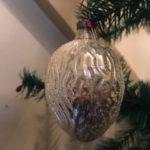 Antieke kerstbal een walnoot van dun glas in zilver eerste kwart 20e eeuw