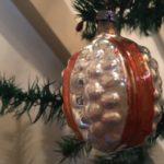 Antieke kerstbal een zilveren vrucht met oranje banden rond 1900