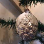 Antieke zilveren kerstbal een vrucht, een framboos van dun glas