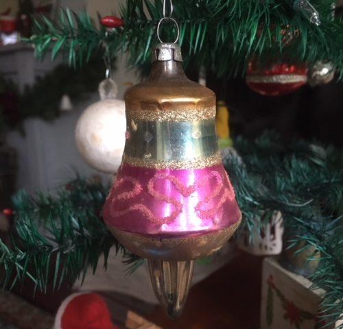 Antieke grote kerst tol van dun glas in roze, blauw en goud eerste kwart 1900