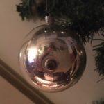 Antieke zilveren deuk of reflex kerstbal met pluk glasdraden begin 1900