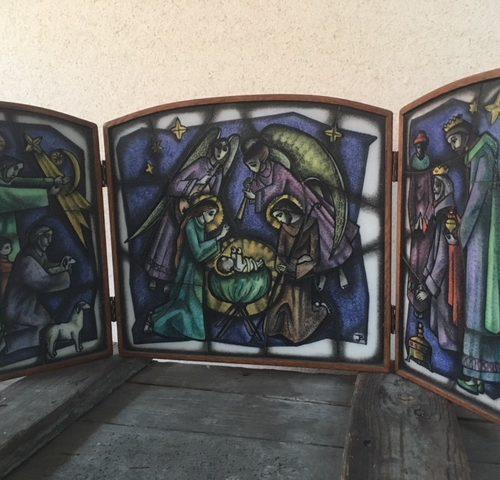 Gebrandschilderd drieluik Christus geboorte van kunstenaar Julia Braendle 1929-1982