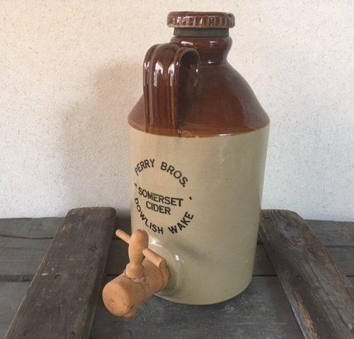 Engelse cider kruik van Perry Bros met houten kraan