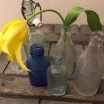 Retro flesje in bewerkt glas van Flipje Tiel de Betuwe uit de jaren 1950