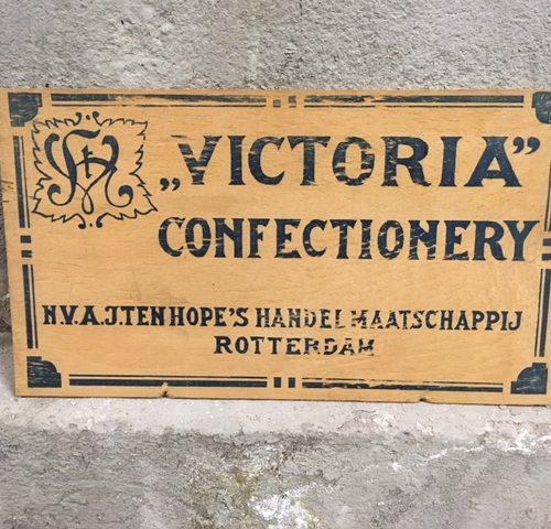 """Houten art-deco reclamebord """"Victoria confectionery"""" van N.V. A.J. ten Hope's handelmaatschappij Rotterdam"""