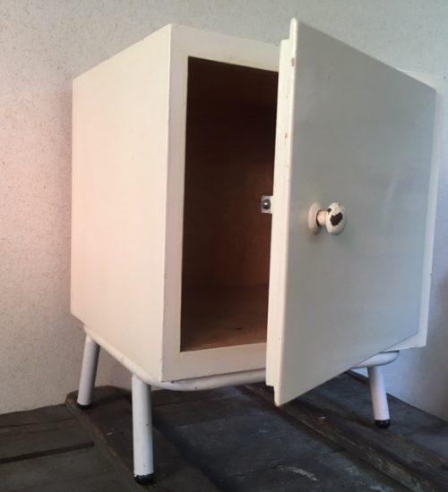 Retro nachtkastje uit de fifty's met buisframe onderstel in off white