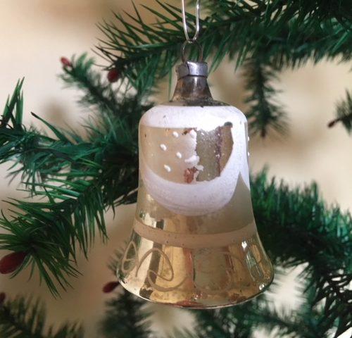 Antieke oude kerstklok van vliesdun geblazen glas in zilver en wit