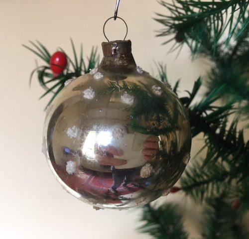 Oude kerstbal van dun geblazen glas in zilver met sneeuwvlokken jaren 1950