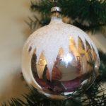 Uit de jaren 1950 een kerstbal met sneeuwster in dun geblazen glas in zilver(gr)