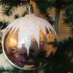 Oude antieke kerstbal in zilver dun glas met een ster van sneeuw midden 1900 (or)