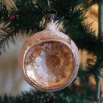 Antieke gouden reflex, deuk of kraterbal van heel dun geblazen glas eerste kwart 1900
