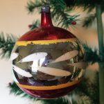 Oude kerstbal van dun glas in rood, geel en wit uit de jaren 1950