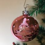 Oude kerstbal van dun geblazen glas in roze met kerstboom decoratie 3e kwart 1900