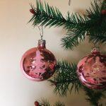 Oude pegel kerstbal van dun geblazen glas in glanzend roze met kerstboom midden 1900