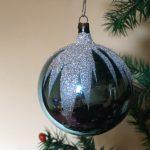 Staal blauwe kerstbal van dun geblazen glas uit de jaren 1950