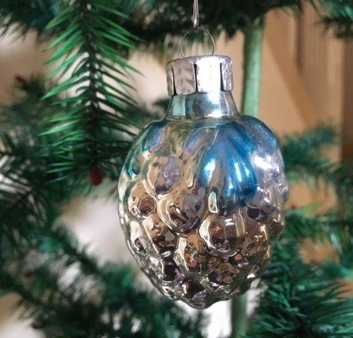Oude kerstbal een vrucht met relief van dun glas jaren 1950