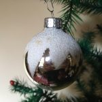 Oude antieke kerstbal van dun glas in zilver met ster van sneeuw jaren 1950