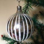 Oude kerstbal van dun geblazen glas verticaal wit gestreept jaren 1960