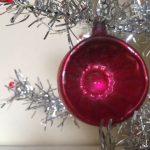 Piepkleine reflex, krater of deukbal van vliesdun glas met gelatineverf voor feathertree of tinselboompje