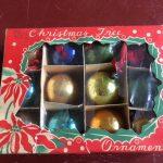 Doosje antieke gekleurde kerstballetjes van glas voor feathertree of tinselboom Japan  jaren 1910