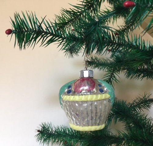 Antieke grote oude kerstbal een fruitmand van dun geblazen gepatineerd glas begin 1900