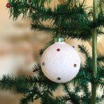 Oude kerstbal van glasgruis op witte verf gedecoreerd met gekleurde steentjes midden 1900