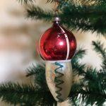 Antieke oude kerstbal van dun glas een ijsje of tol in zilver en rood eerste helft 1900
