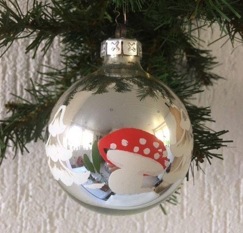 Retro kerstbal van glas in zilver met paddenstoel en kerstboom in rood, wit en groen jaren '60-'70