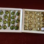 Doosje met 14 kleine limegroene glazen kerstballetjes en piek jaren 1980