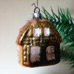 Antieke oude kerstbal een geelgouden huis van dun geblazen glas jaren 1950