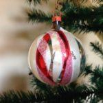 Oude antieke disco kerstbal van dun geblazen glas in zilver, rood en wit jaren 1960