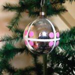 Oude retro kerstbal uit de fifty's van dun geblazen glas in zilver met witte ruit en roze stippen