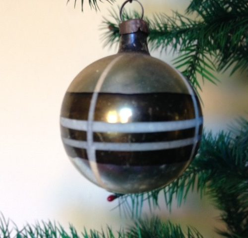Antieke oude heel kleine retro kerstbal met groen witte ruit jaren 1950