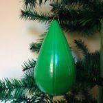 Retro plastic kerstbal waarin een snoezige polystyrol voorstelling jaren jaren 1950-1960