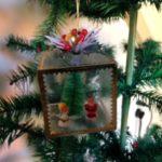Snoezig stel een kerstman en engeltje bij de kerstboom van polystyrol