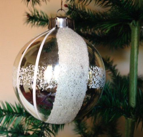 Oude hele grote kerstbal in zilver met witte banden en glasgruis