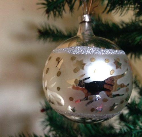 Oude kerstbal van dun geblazen glas in zilver met sprookjes figuren en gouden stipjes jaren 1970