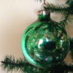 Oude kerstbal van geblazen glas in groen jaren 1970