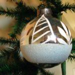 Oude grote zilveren kerstbal met witte decoratie 1970