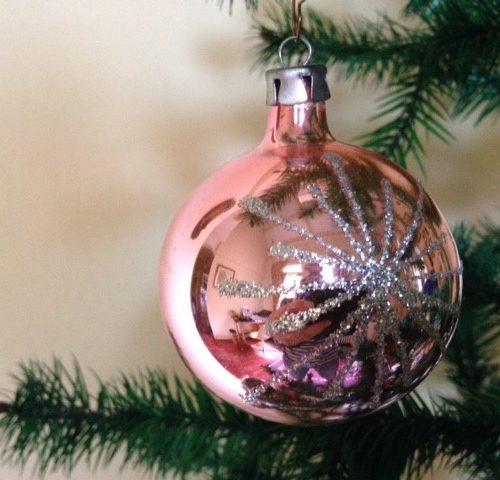 Oude kerstbal van dun geblazen glas in roze met zilveren sterren